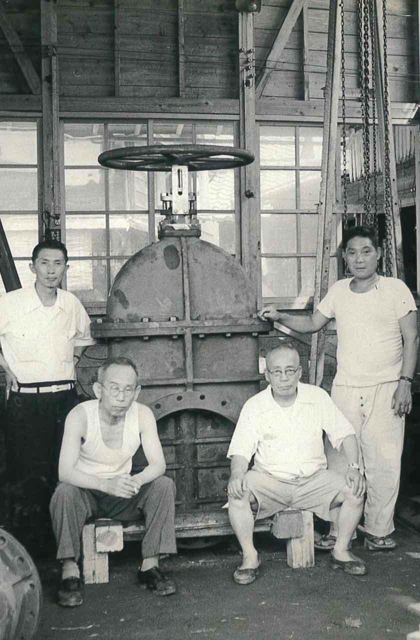昭和20~30年代 工場内にて(左から2人目 岡 嘉一)