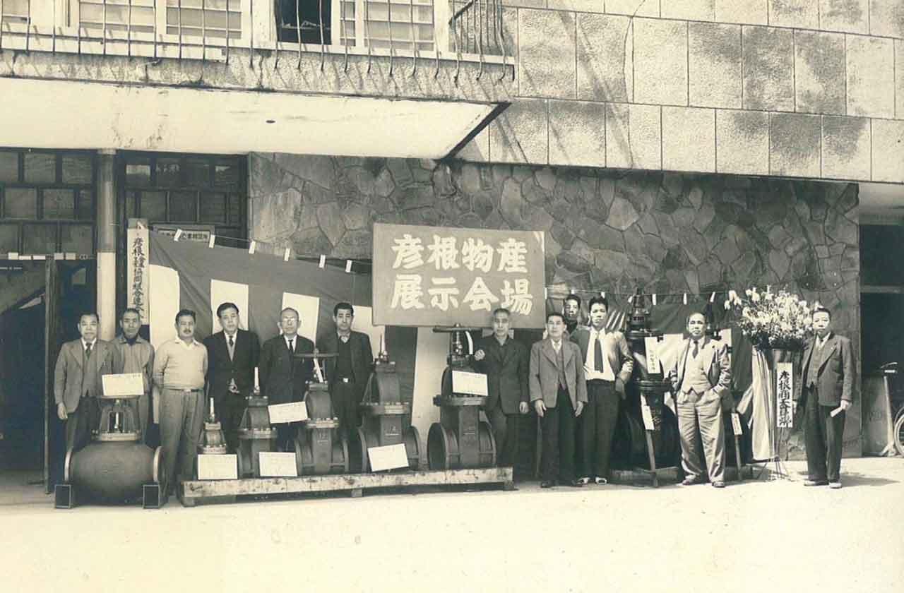 彦根物産展示会場にて(左から5人目 岡 嘉一)